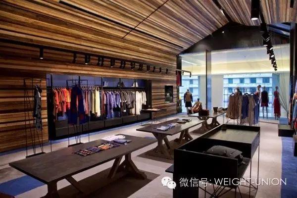 位于印度古尔冈著名五星级酒店Oberoi内的NEEL SUTRA,是一家专营高端时尚女装的精品店,店内的商品出自印度顶级设计师之手。2,200平方英尺的专卖店设计中充满现代美感。 天花由11种当地木材板条组成(代表精品店经营的11种品牌)。地面为印度手工羊毛灰色地毯配以代表该店品牌的蓝色装饰。Neel的梵文代表蓝色之意。