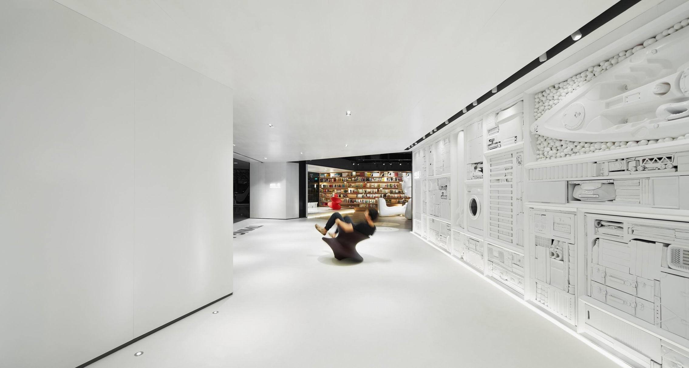 但所有家具是可移动的,可延展的空间形态包括文化沙龙,艺术展览,学术图片