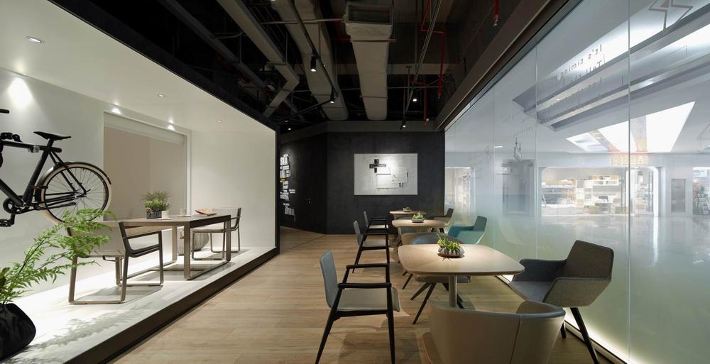体验区的几个长方形的样板房隔间,设计师们将阳台,窗台这些位置空间