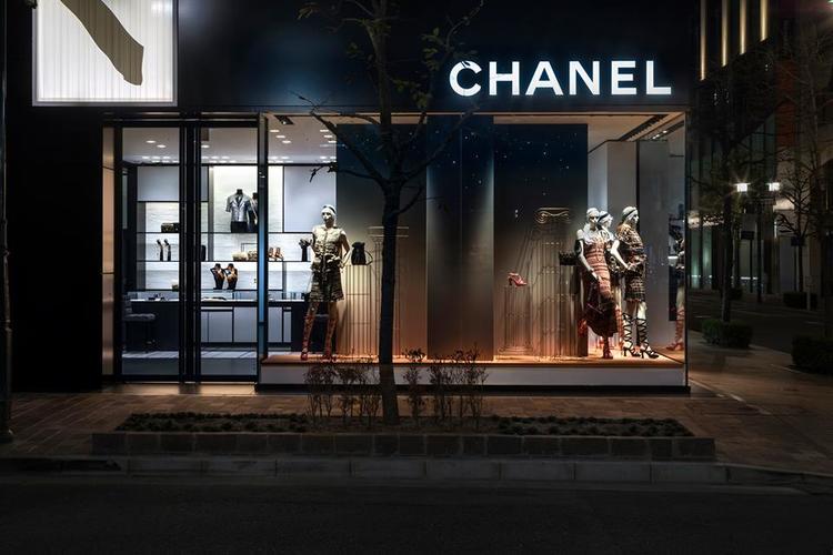 而Chanel 的内部装修同样延续了黑白色相间的风格,但是在软装部分选用了米色,保持品牌的格调上增加更轻松的现代感。 艺术风同样也是新店设计的亮点之一,店内将会用丰富的艺术收藏品对空间进行装饰。例如在正式开业后的两个月内,这栋大楼的建筑立面上会装饰着日本艺术家向井修二的艺术品;店内也会摆上来自各国艺术家的作品,比如说,在一楼至四楼的电梯口前,你能看到来自洛杉矶艺术家 Anthony Pearson 的青铜浮雕,德国艺术家 Heinz Mack 的水墨画、在四楼的试衣间内,还用上了日本艺术家山内雅夫的作品